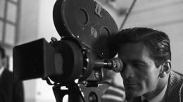 """Pier Paolo Pasolini sul set di """"Accattone"""" (foto d'archivio)"""