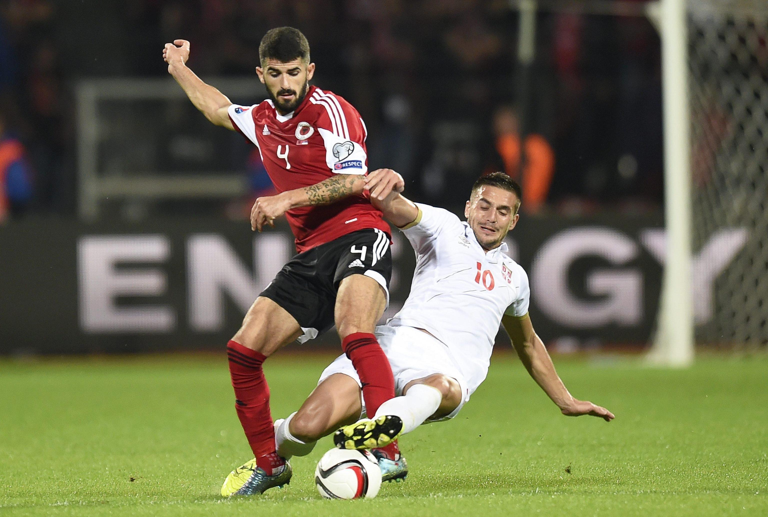 Elseid Hysaj con la maglia rossa dell'Albania nel match con la Serbia (foto Uefa.com)