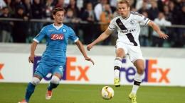 Manolo Gabbiadini contrastato da Igor Lewczuk del Legia (foto Ansa)