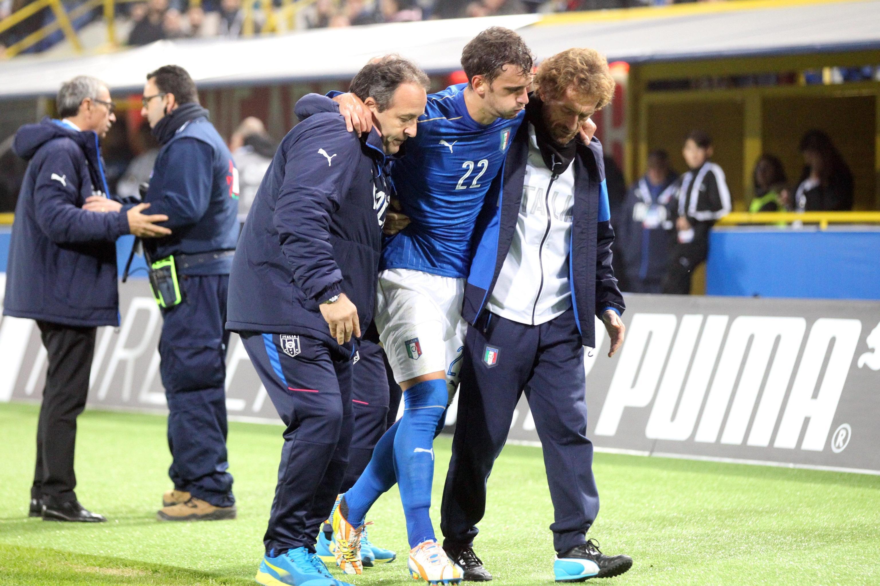 Manolo Gabbiadini lascia il campo dopo l'infortunio