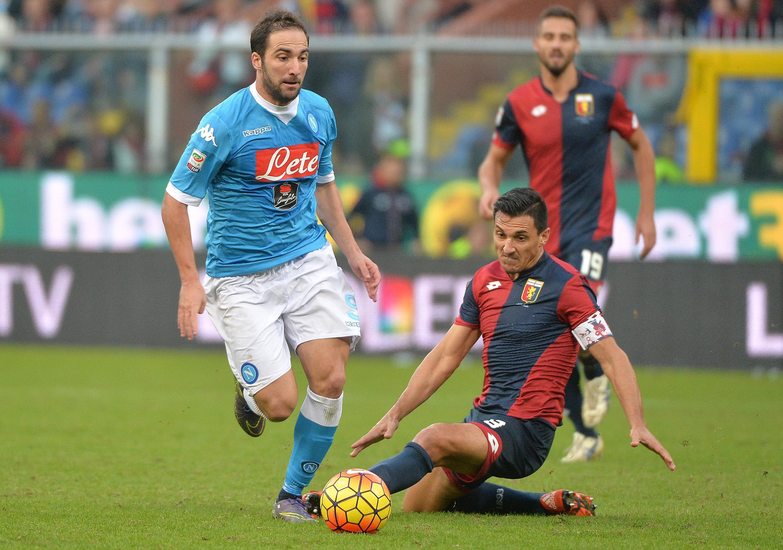 Nicolas Burdisso (R) contrasta Gonzalo Higuain in una fase di Genoa-Napoli