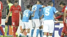 L'esultanza di Christian Maggio dopo aver segnato il 4-0 per il Napoli contro il Midtjylland