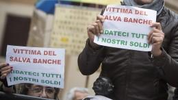 """Una manifestazione contro il """"Salva-banche"""" in piazza Montecitorio a Roma (foto Ansa.it)"""