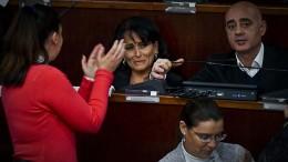Il sindaco di Quarto, Rosa Capuozzo, piange in Consiglio comunale (foto Ansa.it)