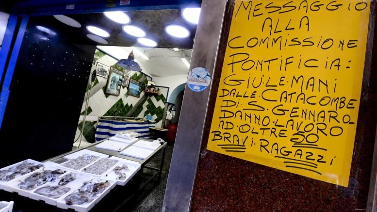 Catacombe San Gennaro: cartelli al Rione Sanità