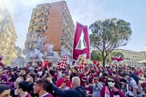 Tifosi a Salerno festeggiano la promozione della Salernitana in serie A (foto Ansa.it)