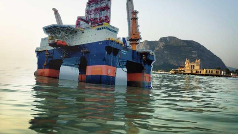 Simulazione di disastro petrolifero inscenata da Greenpeace sulla spiaggia di Mondello nel 2014