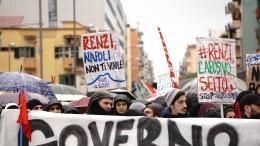 Corteo Napoli: manifestanti fanno esplodere petardi