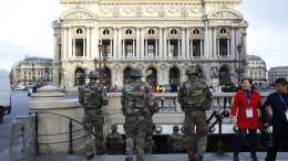Soldati presidiano Parigi dopo la carneficina
