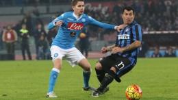 Jorginho contrasta Gary Medel in una fase di Napoli-Inter