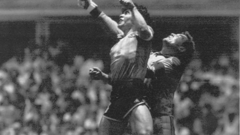 22 giugno 1986: Diego Maradona segna con la mano contro l'Inghilterra ai Mondiali in Messico (foto d'archivio)